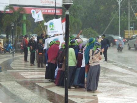 Para Orator sedang melakukan aksi saat hujan turun.