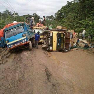 sebuah mobil terguling saat melewati ruas jalan Sanggau