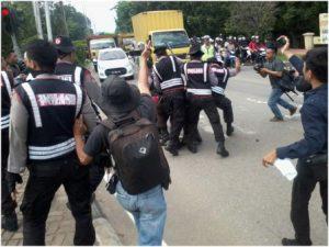 Pukulan Polisi Terhadap Mahasiswa