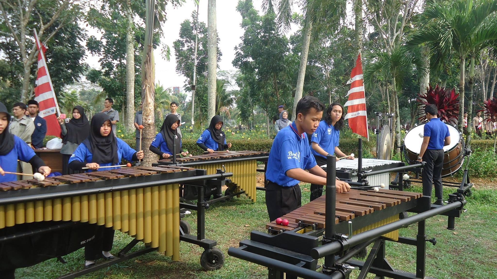 penampilan grup Blue Jacket saat acara penyambutan mahasiswa baru