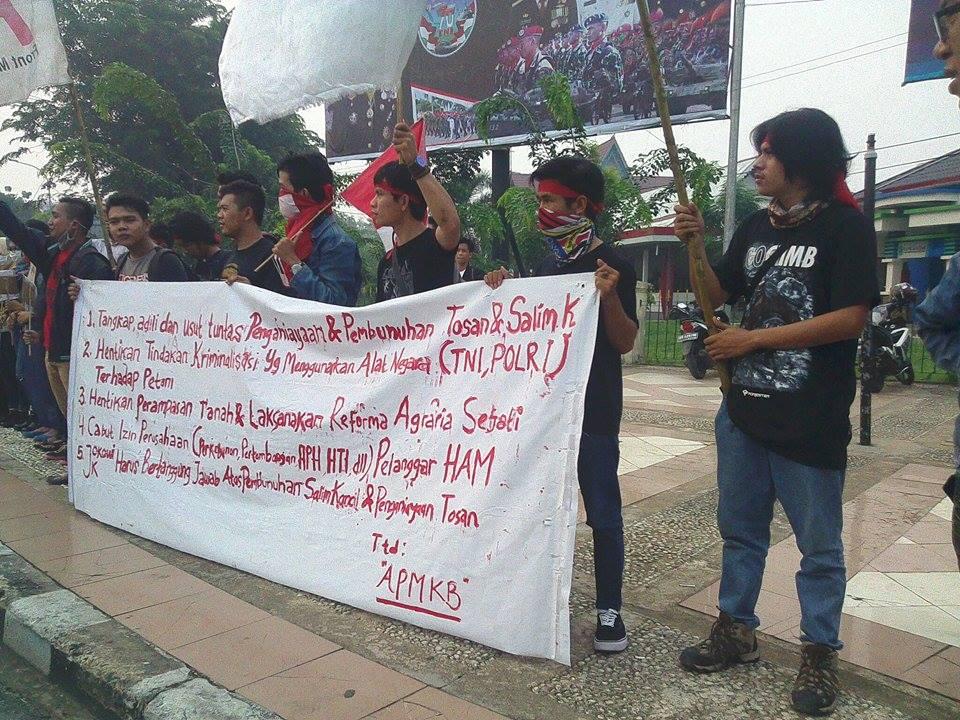 demonstrasi di bundaran Digulist terkait kasus pembunuhan Salim Kancil