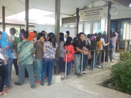 Mahasiswa sedang antri di depan kantor comdev Untan.